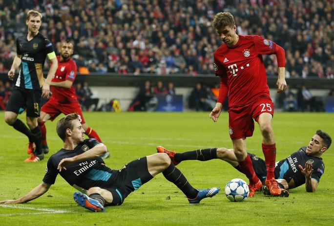 Mueller (giữa) mùa này kém hiệu quả nhưng vẫn là chân sút lợi hại của Bayern MunichẢnh: REUTERS