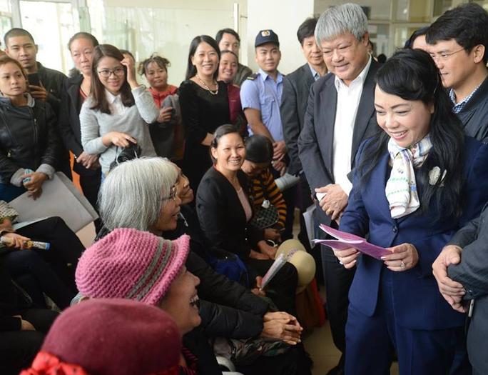 Bệnh nhân chia sẻ với Bộ trưởng về chất lượng khám chữa bệnh đã tốt hơn ở BV K cơ sở Tân Triều