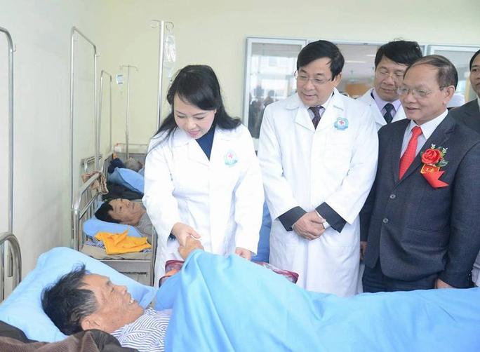 Bộ trưởng Y tế thăm bệnh nhân đang điều trị tại BV Đa khoa Bắc Kan