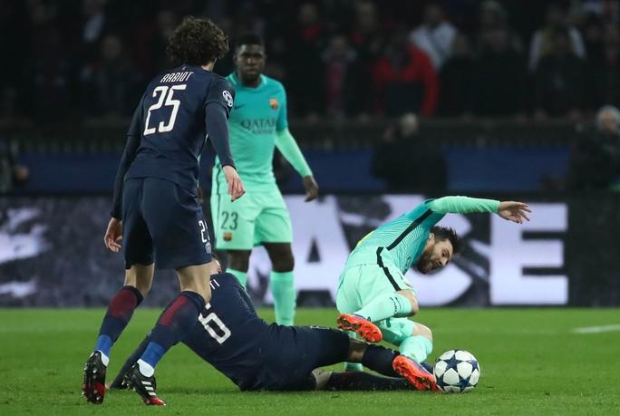 Messi (phải) cả trận không có pha chạm bóng nào trong vòng 16,50 m của PSG Ảnh: REUTERS