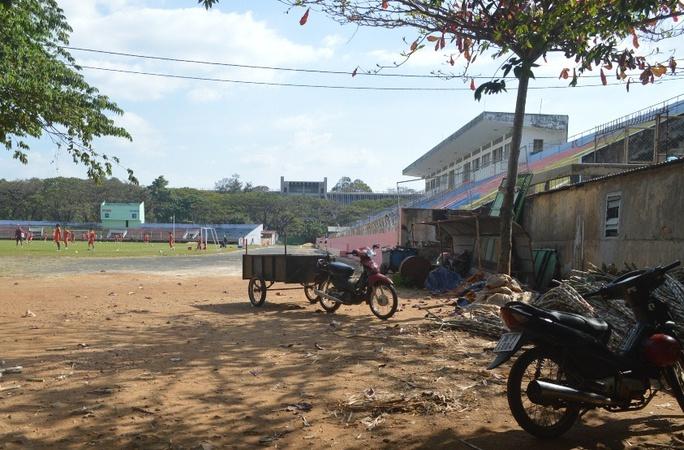 Một góc sân vận động tỉnh Đắk Lắk, nơi chỉ tổ chức vài trận đấu ở Giải Bóng đá Hạng nhất quốc gia