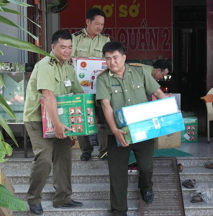 Đoàn kiểm tra thu giữ một số sản phẩm thực phẩm chức năng tại kho của Thiên Ngọc Minh Uy - Ảnh: Ca Linh