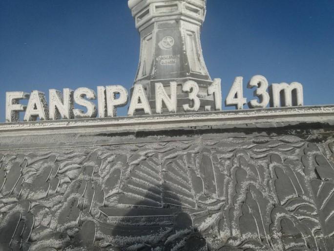 Nhiệt độ xuống -7 độ C, băng tuyết phủ trắng đỉnh Fansipan - Ảnh 2.