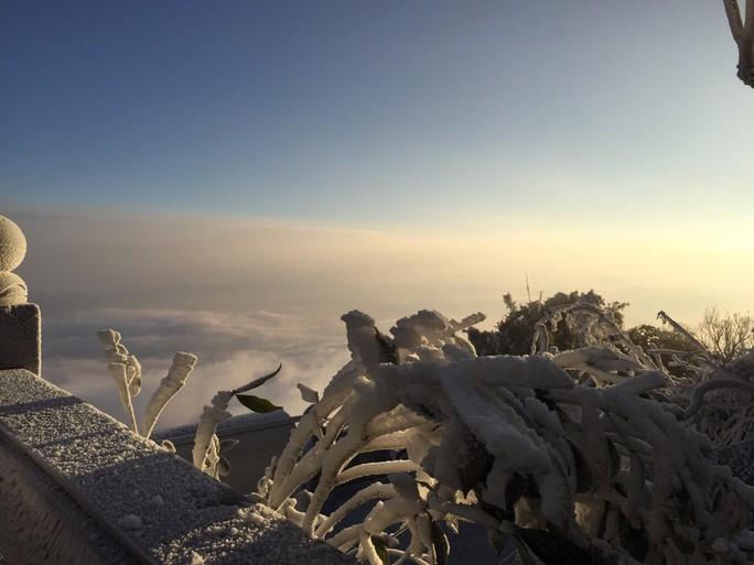 Nhiệt độ xuống -7 độ C, băng tuyết phủ trắng đỉnh Fansipan - Ảnh 4.