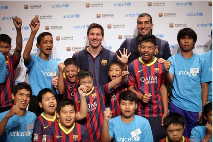 Messi thăm trẻ em khuyết tật ở Bangkok