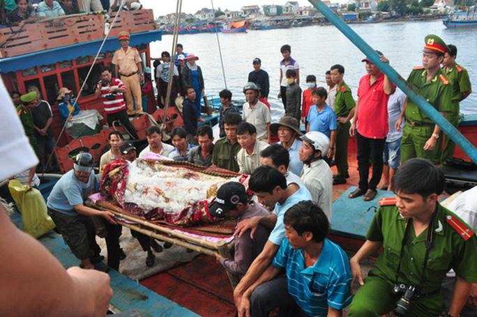 Cảnh sát Biển Philippines bắn tàu cá Việt Nam, 2 ngư dân tử vong - Ảnh 1.