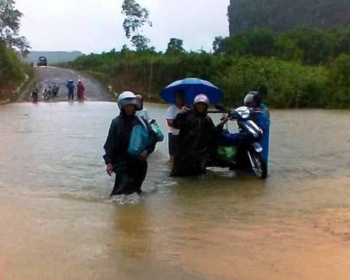 Bão số 4 đổ bộ vào Quảng Bình gây mưa lớn, nhiều nơi bị ngập - Ảnh 2.
