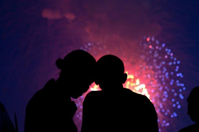 Cùng ngắm pháo hoa trên sân thượng Nhà Trắng vào ngày Quốc khánh 4-7-2010. Ảnh: Pete Souza—The White House