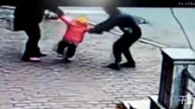 Người làm thuê bắt cóc con chủ nhà để tống tiền - Ảnh 1.