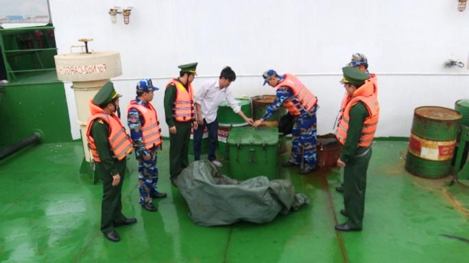 Lực lượng biên phòng và Vùng Cảnh biển 2 tiến hành kiểm tra tàu hàng. Ảnh: CTV