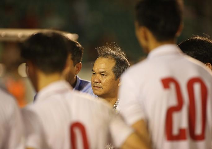 Bầu Đức trong lần động viên U22 Việt Nam sau vòng loại U23 châu Á 2018Ảnh: Quang Liêm