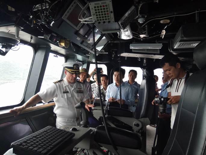 Hai chiến hạm cập cảng Cam Ranh - Ảnh 4.