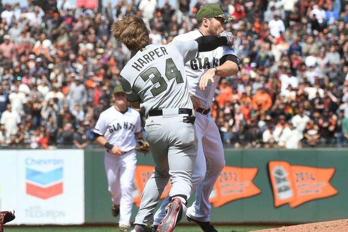 VĐV bóng chày đánh nhau như võ sĩ - Ảnh 2.