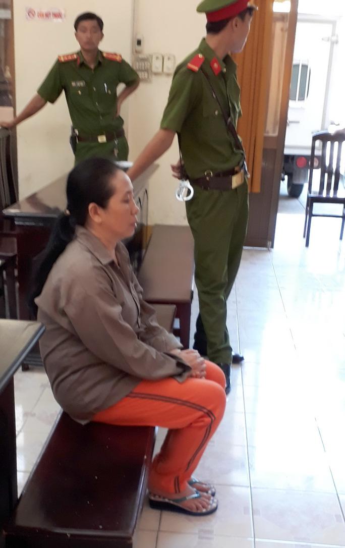 Bị cáo Mai Trinh ngồi trước vành móng ngựa nghe cơ quan tố tụng luận tội