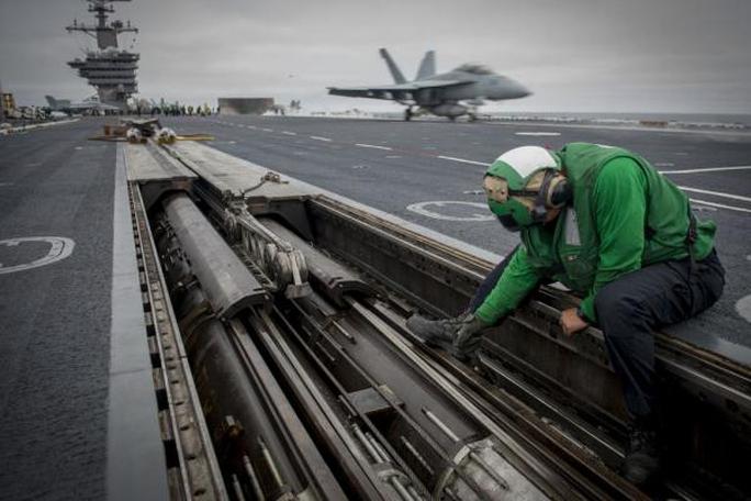 Kiểm tra thiết bị trên USS Carl Vinson, tàu sân bay Mỹ tuần tra biển Đông gần đâyẢnh: HẢI QUÂN MỸ