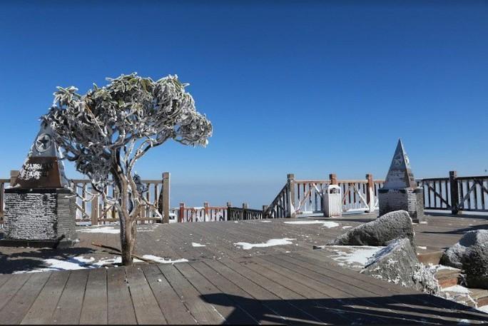 Nhiệt độ xuống -7 độ C, băng tuyết phủ trắng đỉnh Fansipan - Ảnh 14.