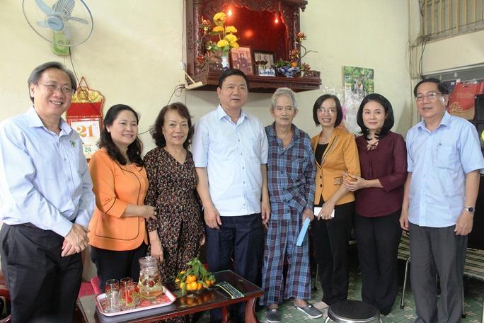 Bí thư Đinh La Thăng thăm và chúc Tết nghệ sĩ nhân dân, đạo diễn Huỳnh Nga. Ảnh: Bảo Nghi