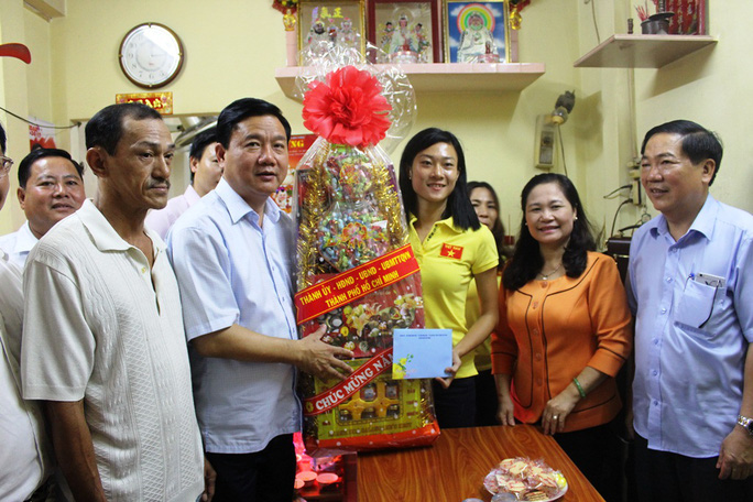 Bí thư Đinh La Thăng thăm và chúc Tết vận động viên Lê Tú Chinh. Ảnh: Bảo Nghi