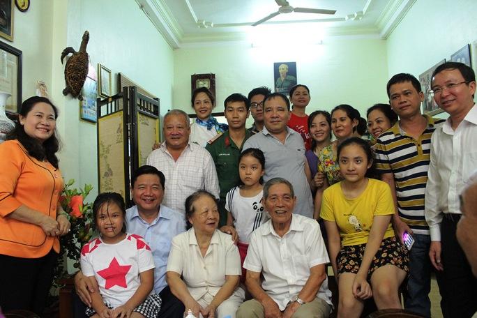 Bí thư Đinh La Thăng (ngồi, thứ hai từ trái sang) thăm và chúc Tết ông Hoàng Ngọc Thương. Ảnh: Bảo Ngọc