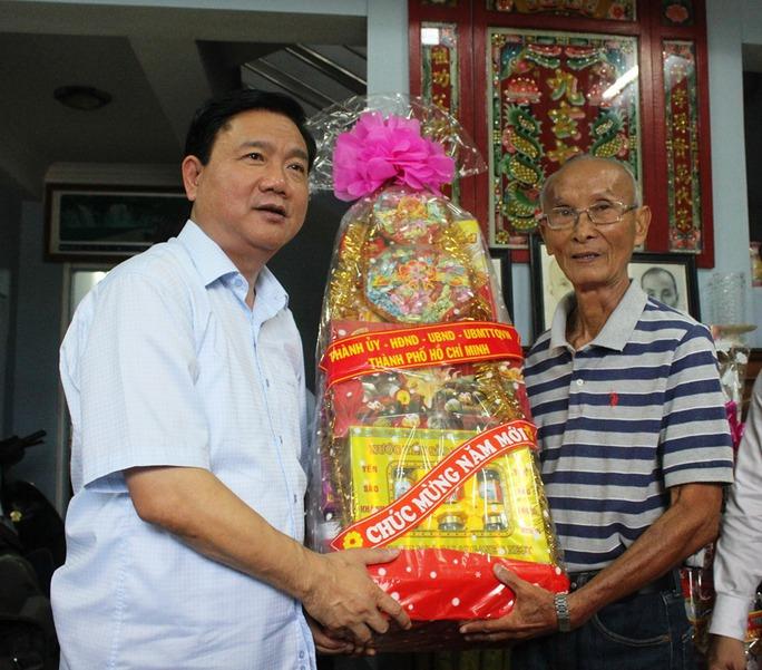 Bí thư Đinh La Thăng thăm và chúc Tết cựu cầu thủ Tư Lê. Ảnh: Bảo Ngọc