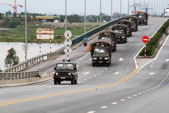 Quân khu 4 điều 400 chiến sĩ tới Hà Tĩnh giúp dân sau bão - Ảnh 1.