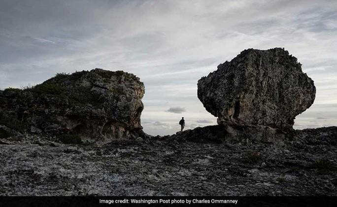 Lời cảnh báo đáng sợ từ 2 tảng đá khổng lồ trên vách núi - Ảnh 1.