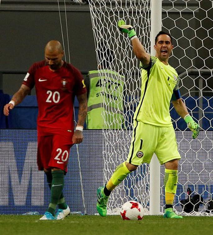 Người hùng Bravo hạ gục Bồ Đào Nha, đưa Chile vào chung kết - Ảnh 2.