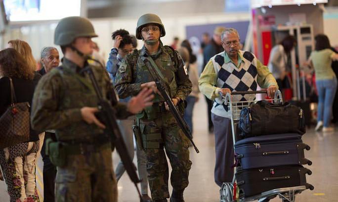 Sao chép thẻ hành lý của khách đi máy bay để buôn ma túy - Ảnh 1.