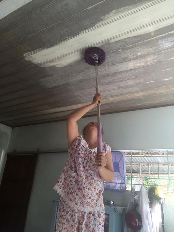 Bụi đóng trên trần nhà của các hộ dân sống lân cận