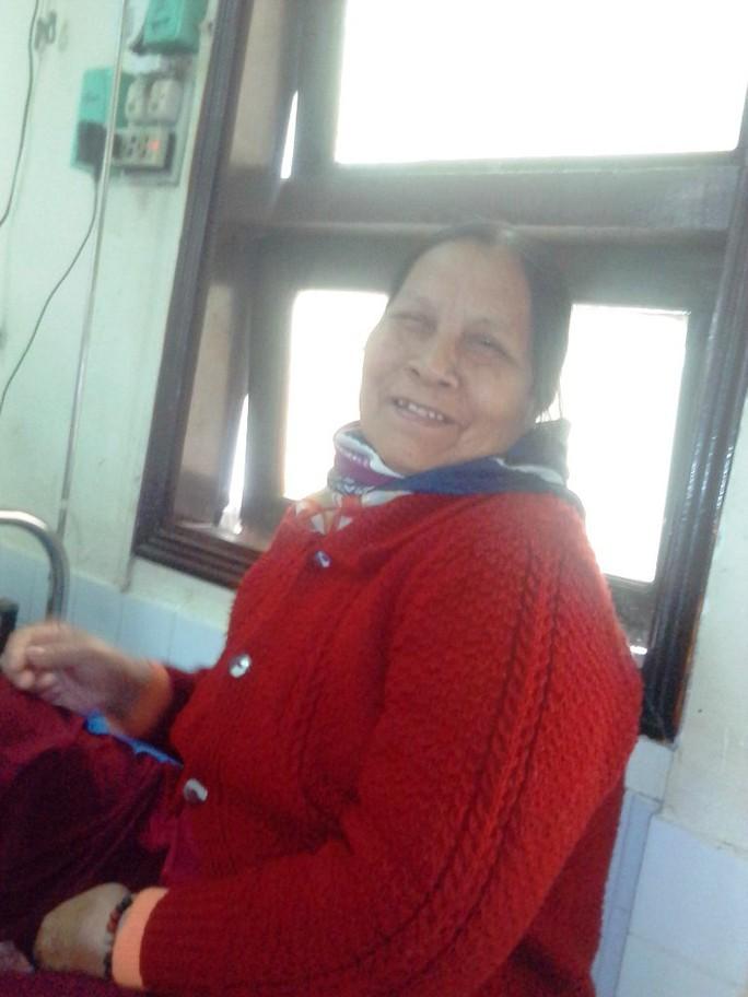 Bà Hoàng Thị Hoa lạc quan dù trong người đang mắc phải căn bệnh nhiễm trùng máu.