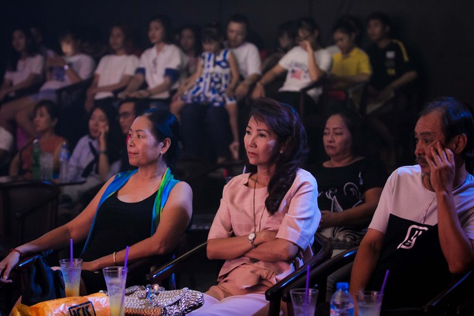 Đàm Vĩnh Hưng vỡ òa khi được fan tổ chức sinh nhật trên sân khấu - Ảnh 10.