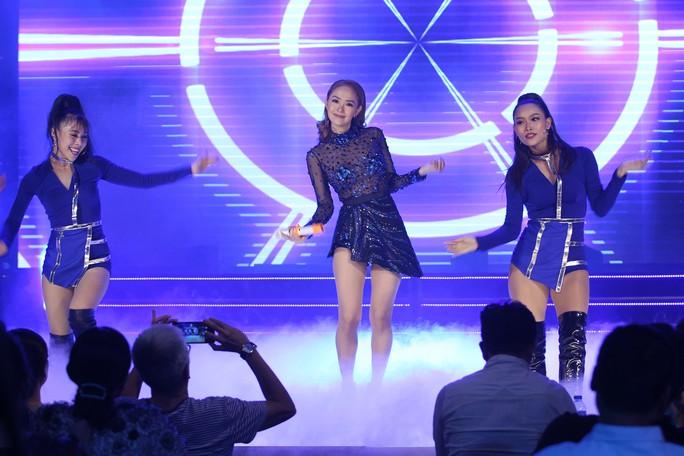Đàm Vĩnh Hưng, Minh Hằng, Ngô Kiến Huy đốt cháy live show 9 Mai Vàng kết nối - Ảnh 8.