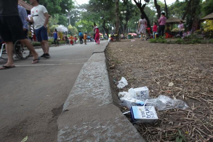 Những nơi công cộng như công viên, người dân vẫn vô tư bỏ lại rác sau khi ngồi ăn uống dù có rất nhiều công nhân dọn vệ sinh luôn túc trực nhưng vẫn không thể kiểm soát nổi.
