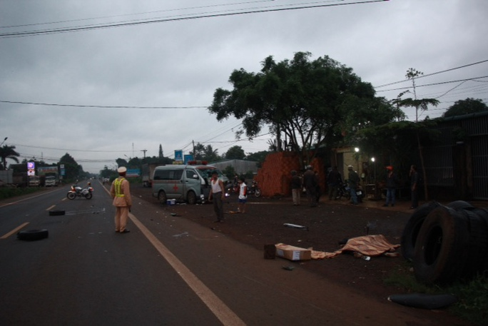 Xe cấp cứu tông xe máy, 2 người thương vong - Ảnh 1.