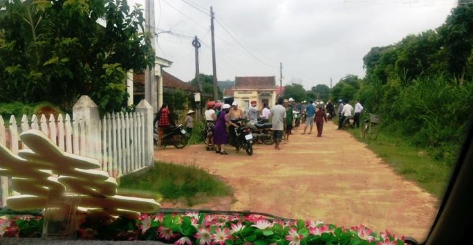 Trưởng thôn chặn xe cưới để đòi nợ giao thông nông thôn - Ảnh 1.