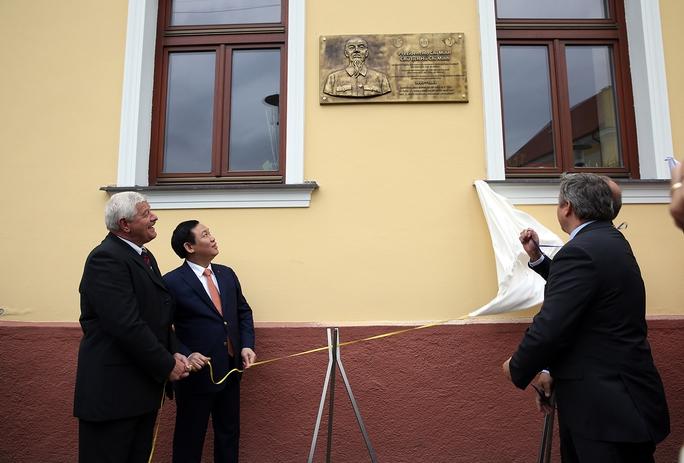 Đặt biển đồng lưu niệm Chủ tịch Hồ Chí Minh thăm Slovakia - Ảnh 1.