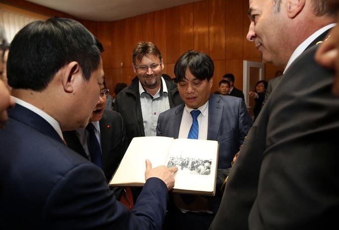 Đặt biển đồng lưu niệm Chủ tịch Hồ Chí Minh thăm Slovakia - Ảnh 5.