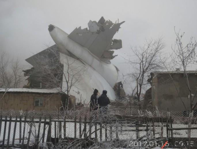 Máy bay rơi phá hủy nhiều căn nhà. Ảnh: Twitter