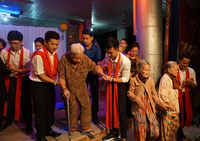 Các diễn viên CLB Sân khấu Lạc Long Quân biểu diễn chương trình tết phục vụ nghệ sĩ lão thành