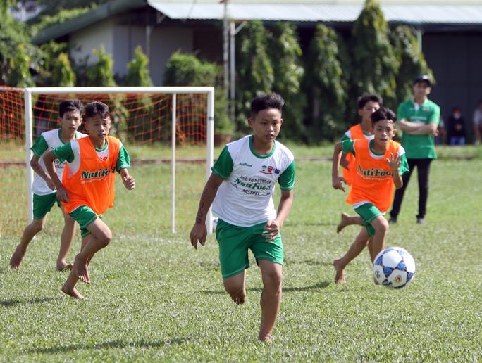 Gần 1.000 thí sinh dự tuyển vào khoá 2 Học viện bóng đá Nutifood - Ảnh 1.