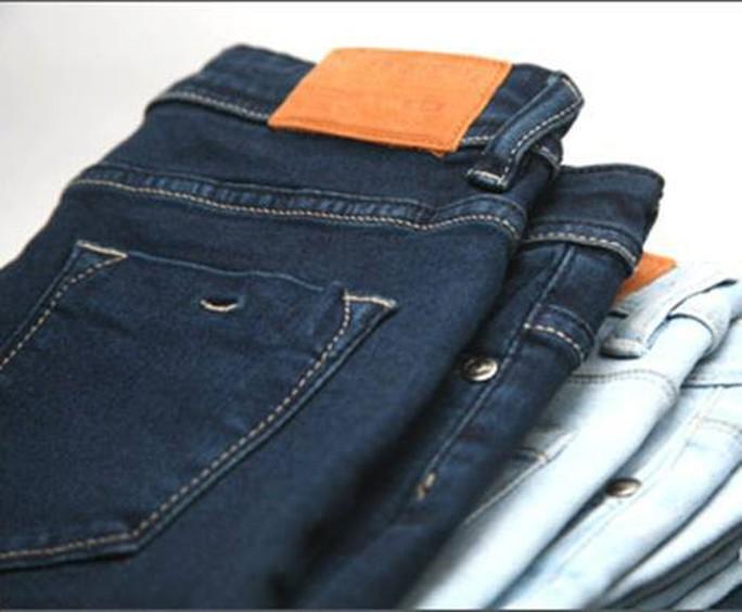 TP HCM không cấm công chức mặc quần jeans, áo thun đi làm - Ảnh 1.