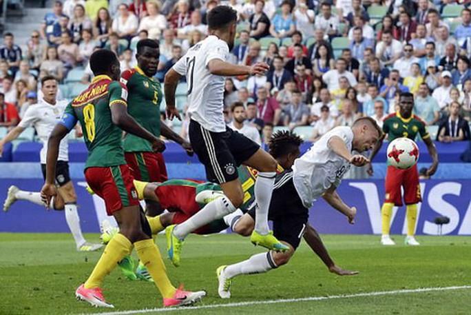 Trọng tài đuổi nhầm người hi hữu, Đức loại Cameroon - Ảnh 2.