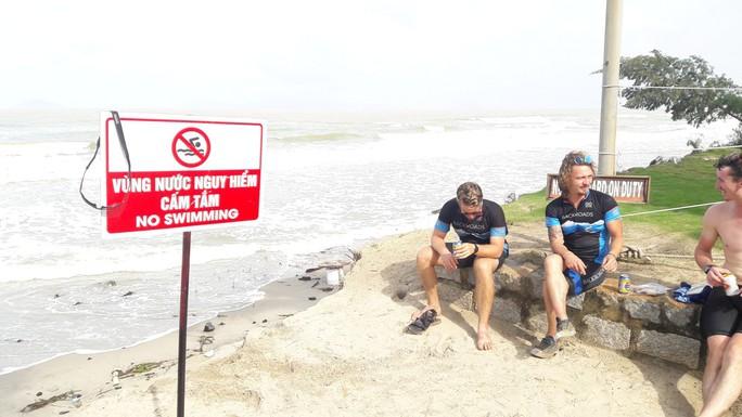Chùm ảnh: Bờ biển Cửa Đại tan hoang hơn 2 km - Ảnh 11.