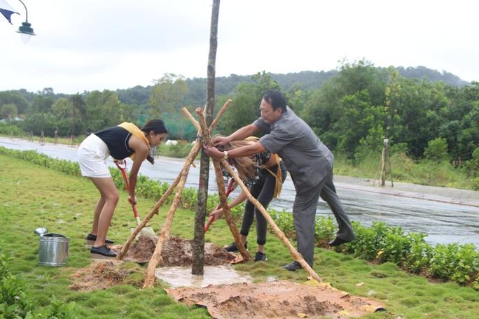 Hoa hậu Hòa bình Thế giới tham gia trồng cây ở Phú Quốc - Ảnh 4.