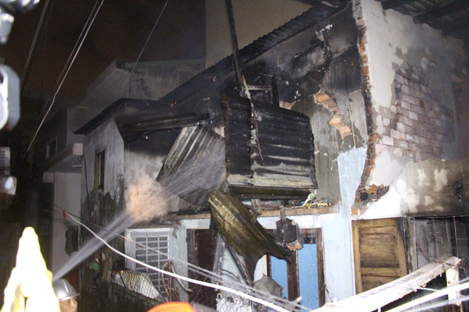 Căn nhà bị ngọn lửa thiêu rụi hoàn toàn ngay trong đêm( Ảnh: Mai Vinh)