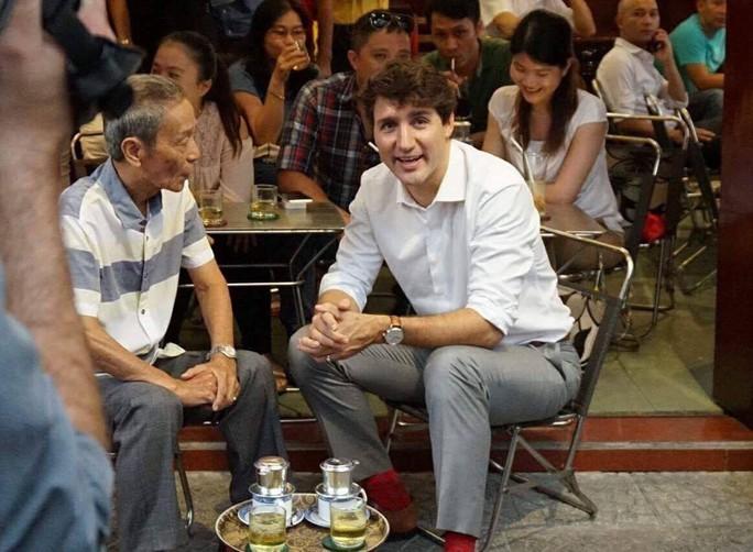 Thủ tướng Canada uống cà phê vỉa hè TP HCM - Ảnh 2.