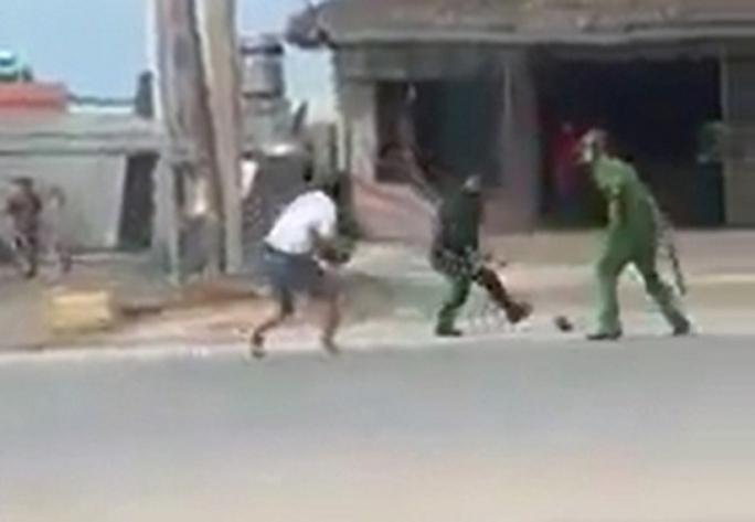 Điều tra vụ 2 cảnh sát bị nhóm thanh niên tấn công tới tấp - Ảnh 2.