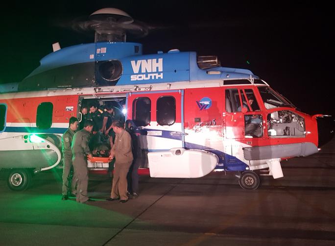 Điều trực thăng ra Trường Sa trong đêm để cứu ngư dân - Ảnh 1.