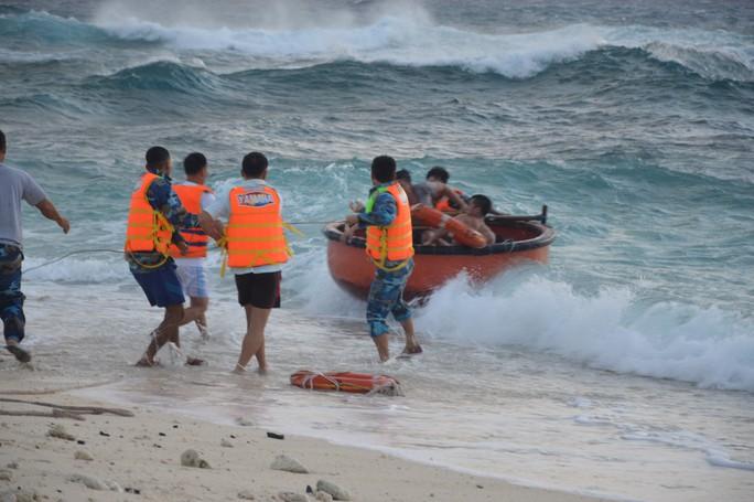 Trường Sa giúp hàng trăm ngư dân chống bão số 16 - Ảnh 5.