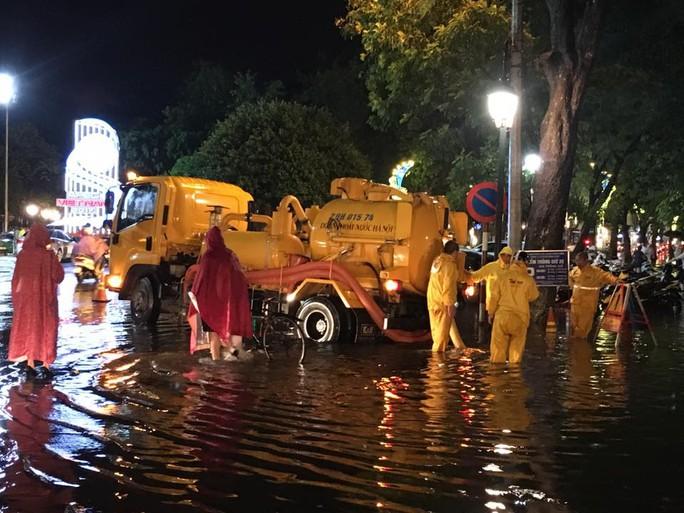Mưa lớn, Hà Nội ngập sâu, giao thông hỗn loạn - Ảnh 16.